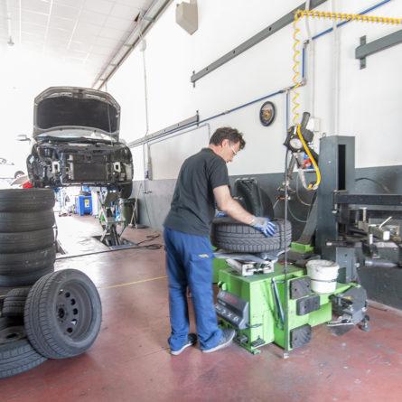 Un nostro tecnico che effettua la sostituzione dei pneumatici